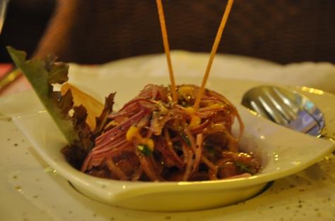 Ceviche de atum com salsa de tamarindo