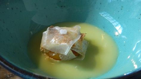 Huevo con pan sobre crema ligera de patata