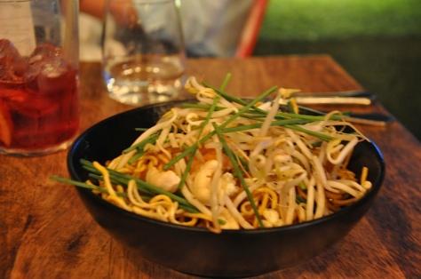 Pad Thai de noodles crujientes, langostinos, mango y anarcardos