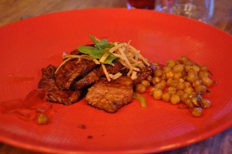 Saltado de lomo bajo marinado en miso y vermut, con gelatina de almendras y garbanzos crujientes