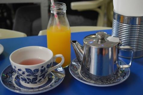 Suco de laranja natural e chá verde com canela e laranja