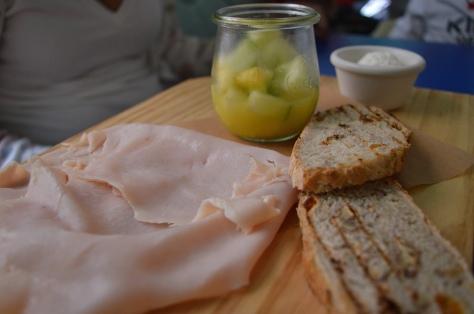 Pao de damasco, queijo creme, peito de peru, salada de frutas e iogurte