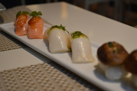 Nigiris: Salmão, Pez mantequilla e Shitake