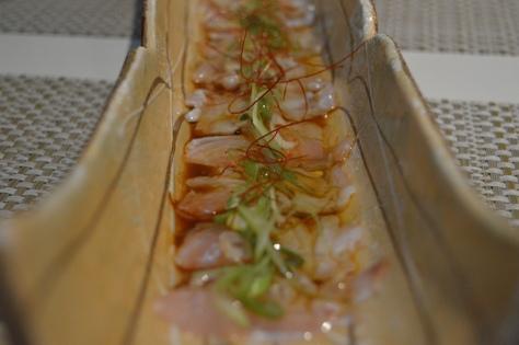 Usuzukuri de pargo com salsa ponzu da casa