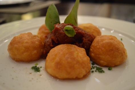 Falsos gnocchis de queso zamorano asados y con salsa trufada