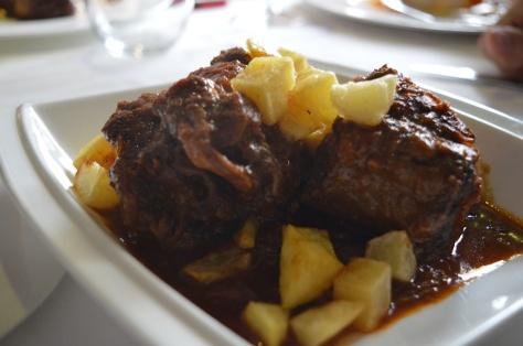 Rabo de toro estofado con patatitas