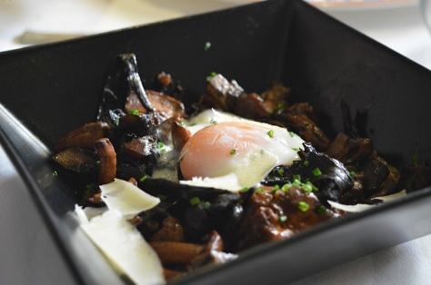 Setas de temporada con huevo a baja temperatura y parmesano
