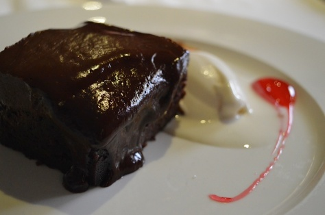 Bizcocho templado de chocolate y avellana com helado de leche merengada