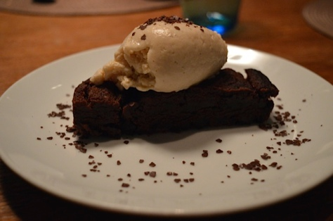 Brownie de chocolate com crema helada de queso y miel