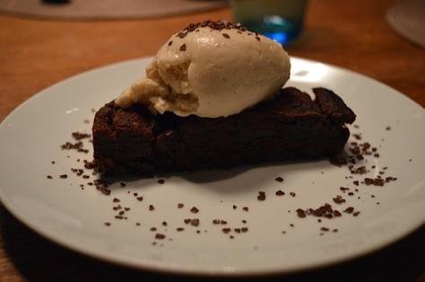 Brownie de chocolate com crema helada de queso y miel