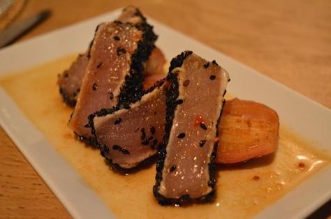 Tataki de bonito con cebollas escabechadas y miel de pisco y mirin