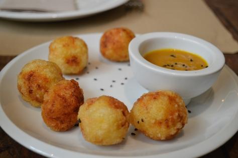 Rosti-bañuelos de batata com salsa fria de cenoura e curry