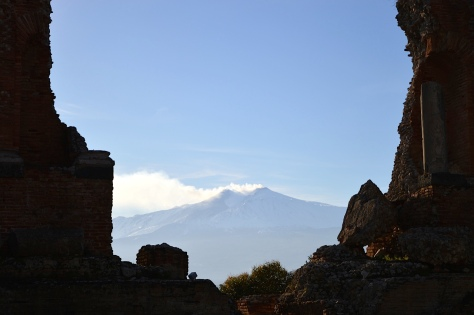 o Etna visto do Teatro Greco de Taormina