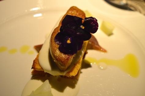 Bruschetta di Foie Gras, acciughe del cantabrico, mele e spuma di caprino girgentano