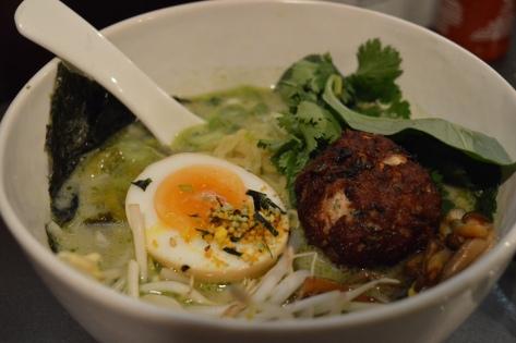 Curry verde com almôndega de porco