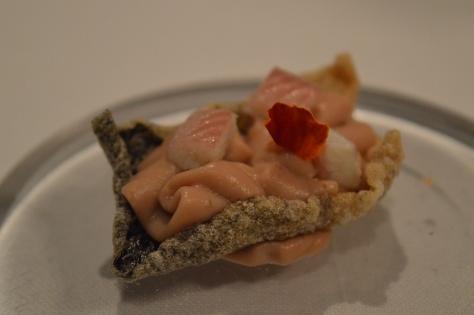 Crocante de pele de salmão, creme de arenque e enguia defumada