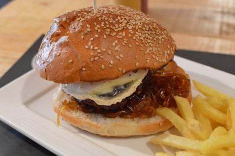 Hambúrguer de queijo de cabra e cebola caramelizada